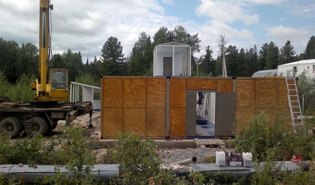 Начало монтажа модулей будущей станции очистки сточных вод на бетонном основании заказчика